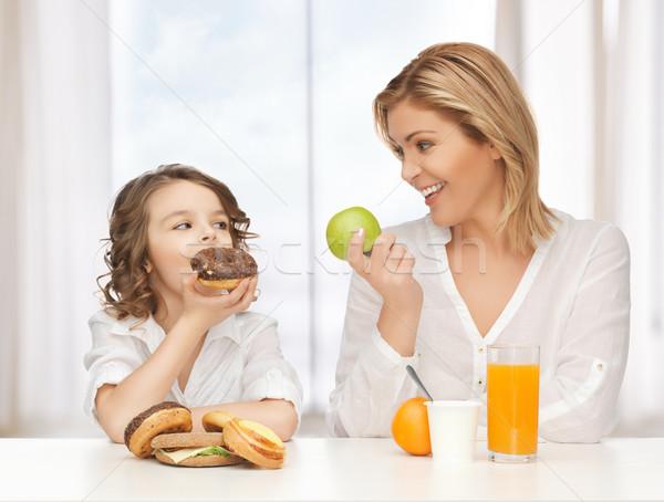 Madre figlia sani cibo malsano famiglia ragazza Foto d'archivio © dolgachov