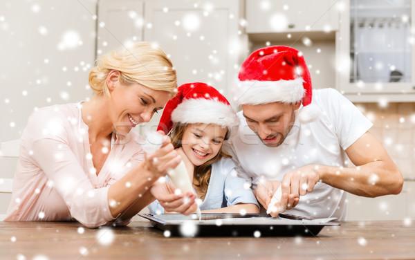 Família feliz ajudante bolinhos Foto stock © dolgachov