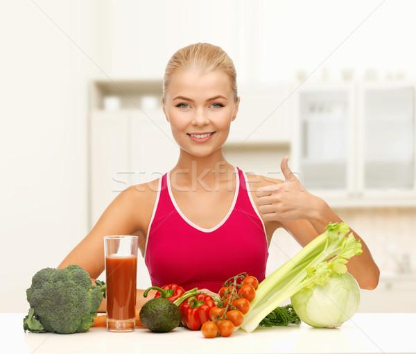 Mosolygó nő bioélelmiszer fitnessz diéta étel fiatal nő Stock fotó © dolgachov