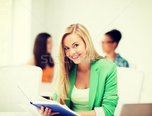 Sonriendo estudiante nina lectura libro escuela Foto stock © dolgachov