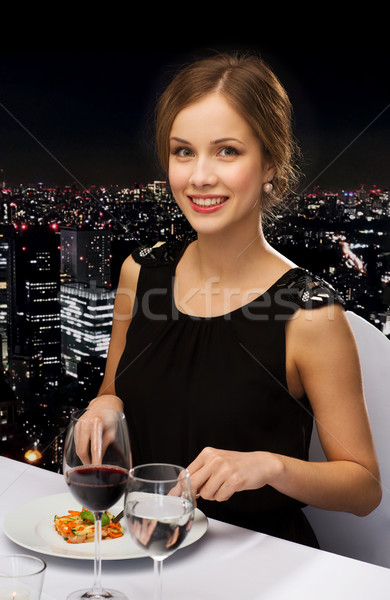 Gülen genç kadın yeme restoran insanlar Stok fotoğraf © dolgachov