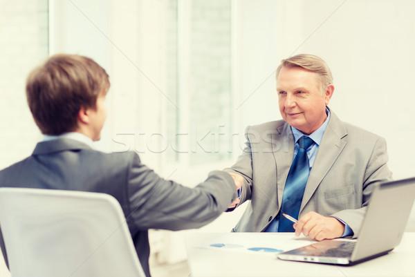 Idősebb férfi fiatalember kézfogás iroda üzlet Stock fotó © dolgachov