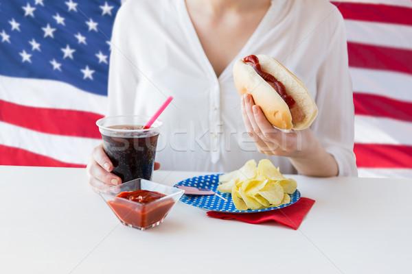 Közelkép nő eszik hot dog Coca Cola amerikai Stock fotó © dolgachov