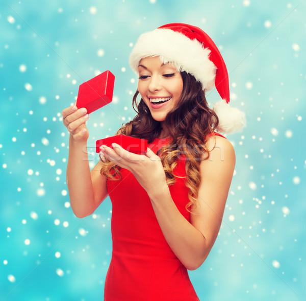 Mosolygó nő mikulás segítő kalap ajándék doboz karácsony Stock fotó © dolgachov