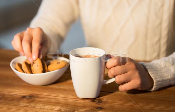Közelkép nő sütik forró csokoládé tél étel Stock fotó © dolgachov