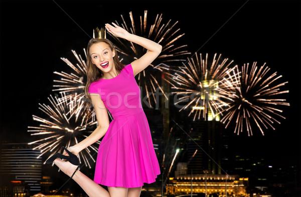 Feliz mulher jovem coroa noite pessoas Foto stock © dolgachov