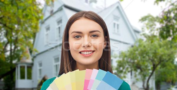 Sorridente mulher jovem cor reparar decoração Foto stock © dolgachov