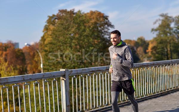 Stockfoto: Gelukkig · jonge · man · lopen · stad · brug · fitness