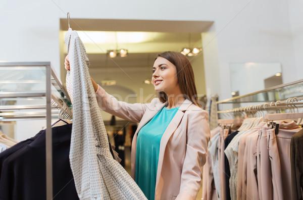 Mutlu genç kadın elbise alışveriş merkezi satış Stok fotoğraf © dolgachov