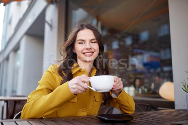 Heureux femme potable rue de la ville café boissons Photo stock © dolgachov