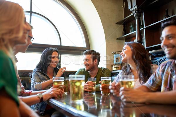 Felice amici bere birra bar pub Foto d'archivio © dolgachov