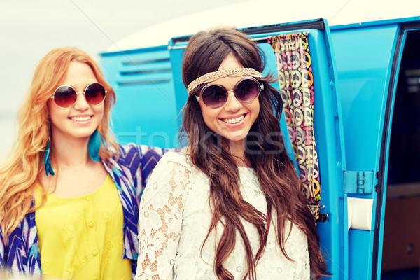 Sorridente jovem hippie mulheres carro Foto stock © dolgachov