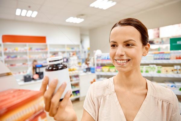 幸せ 女性 顧客 薬物 jarファイル 薬局 ストックフォト © dolgachov