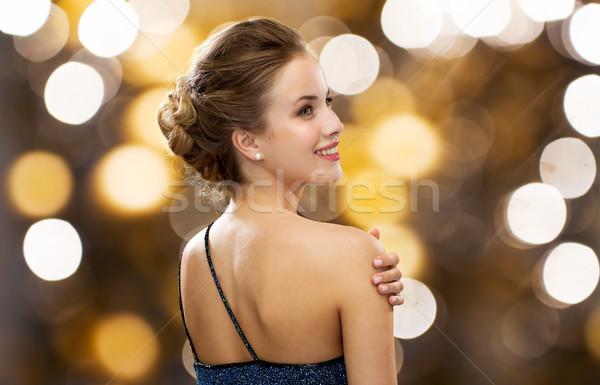 Glimlachende vrouw avondkleding parel oorbel mensen vakantie Stockfoto © dolgachov