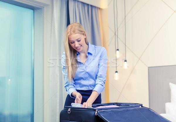 Zakenvrouw spullen koffer business technologie Stockfoto © dolgachov
