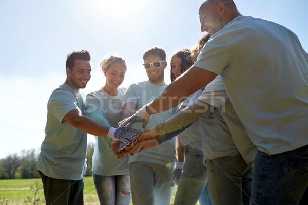 Csoport önkéntesek kezek felső kint önkéntesség Stock fotó © dolgachov