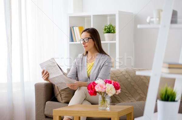 Mutlu kadın okuma gazete ev kitle Stok fotoğraf © dolgachov