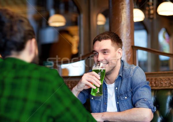 Maschio amici bere verde birra bar Foto d'archivio © dolgachov
