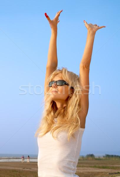 Strand babe blond handen hemel water Stockfoto © dolgachov