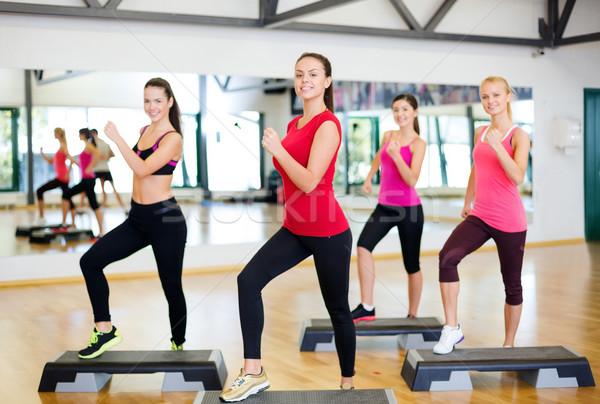 Grupy uśmiechnięty ludzi aerobik fitness sportu Zdjęcia stock © dolgachov