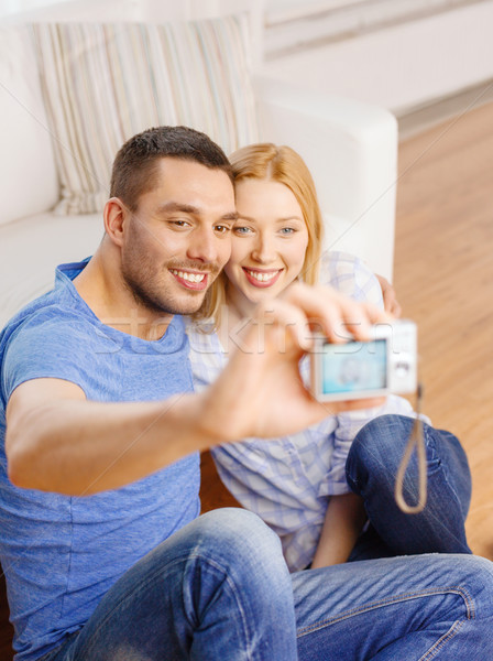 Glimlachend paar foto digitale camera liefde Stockfoto © dolgachov