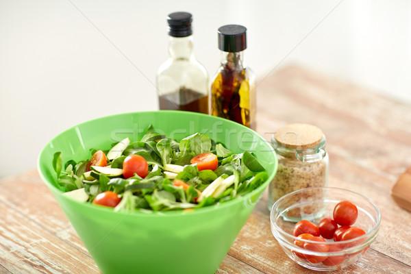 Saladeschaal specerijen keukentafel gezond eten vegetarisch eten Stockfoto © dolgachov
