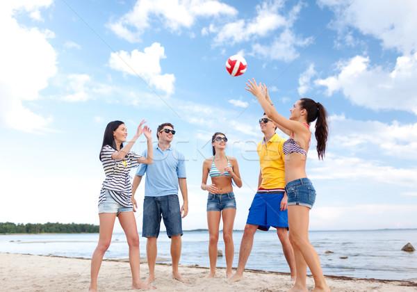 Groupe heureux amis jouer ballon de plage été Photo stock © dolgachov