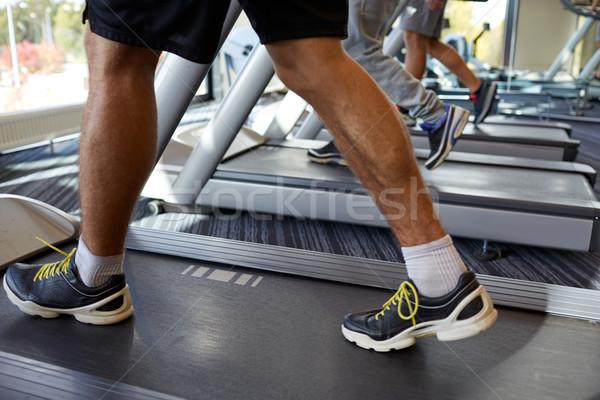 Közelkép férfiak lábak sétál tornaterem sport Stock fotó © dolgachov