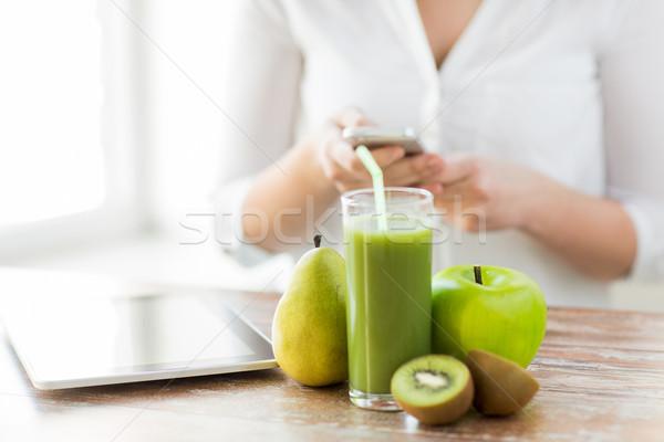 Stockfoto: Vrouw · smartphone · vruchten · gezond · eten · technologie