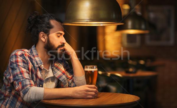 Unglücklich einsamen Mann trinken Bier bar Stock foto © dolgachov