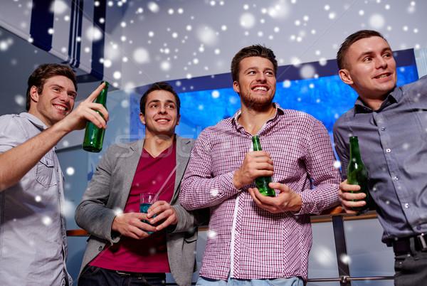 Csoport férfi barátok sör éjszakai klub tél Stock fotó © dolgachov