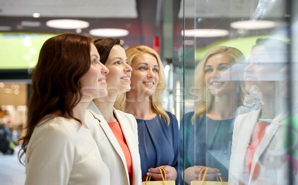 Gelukkig vrouwen naar sieraden winkel venster Stockfoto © dolgachov