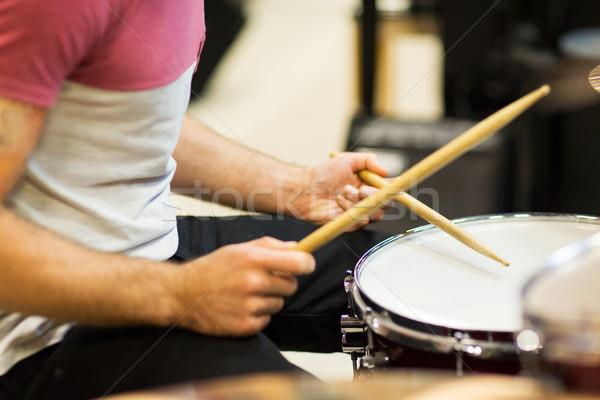 Músico jugando tambores música personas Foto stock © dolgachov