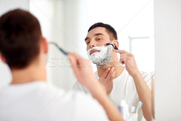 Homem barba navalha lâmina banheiro beleza Foto stock © dolgachov