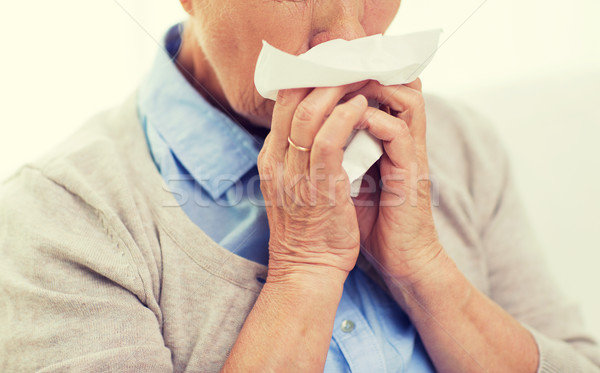 Beteg idős nő orrot fúj papír szalvéta Stock fotó © dolgachov