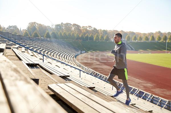 Mutlu genç çalışma üst katta stadyum uygunluk Stok fotoğraf © dolgachov