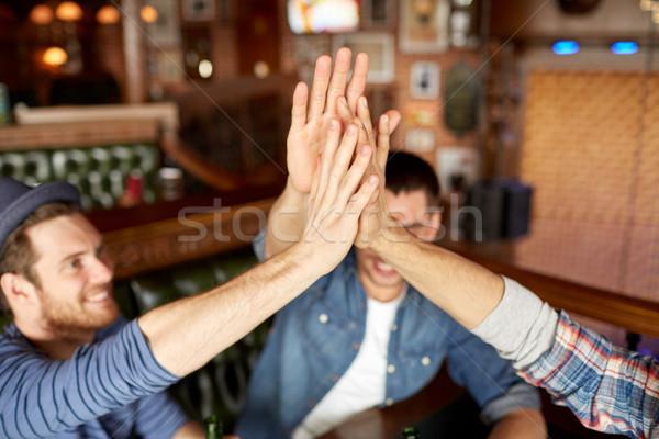Vrienden high five bar pub Stockfoto © dolgachov