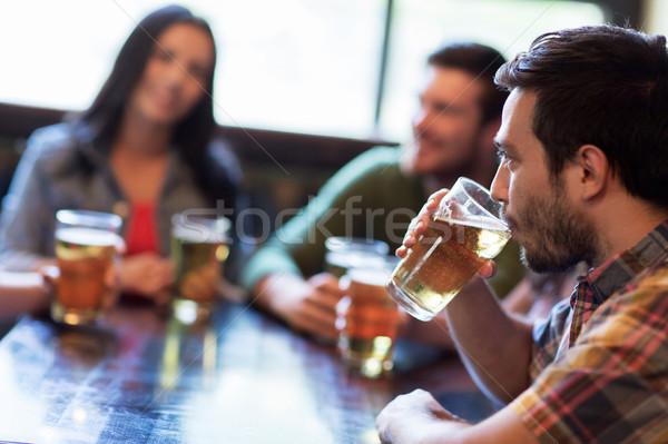 Feliz amigos potável cerveja bar pub Foto stock © dolgachov