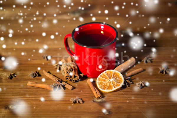 Közelkép teáscsésze fűszer fa asztal karácsony ünnepek Stock fotó © dolgachov