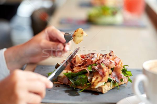 Femme manger prosciutto jambon salade nourriture de restaurant Photo stock © dolgachov