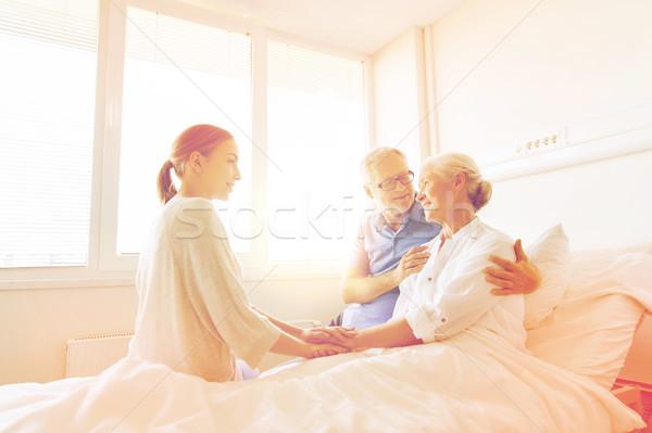 Gelukkig gezin senior vrouw ziekenhuis geneeskunde ondersteuning Stockfoto © dolgachov