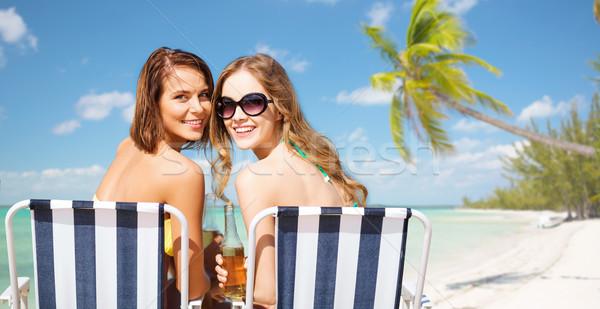 Feliz las mujeres jóvenes bebidas tomar el sol playa verano Foto stock © dolgachov