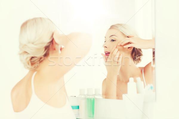 ストックフォト: 女性 · にきび · バス · ミラー · 美 · 衛生