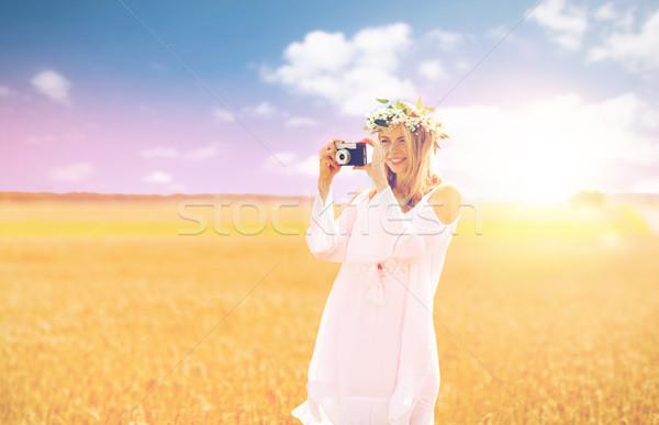 Stock fotó: Boldog · nő · film · kamera · koszorú · virágok