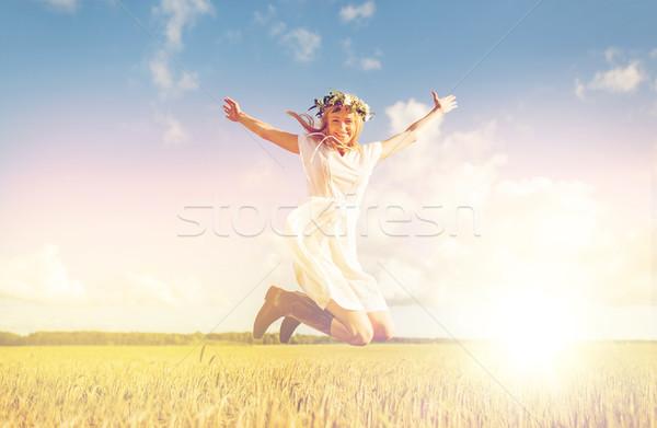 Feliz mujer corona saltar cereales campo Foto stock © dolgachov