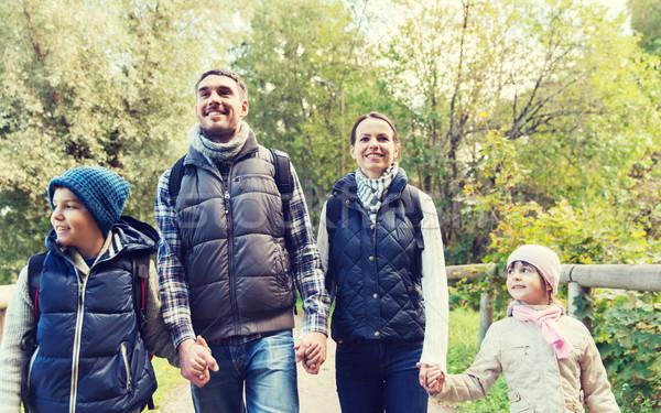 幸福的家庭 徒步旅行 樹林 冒險 旅行 旅遊 商業照片 © dolgachov