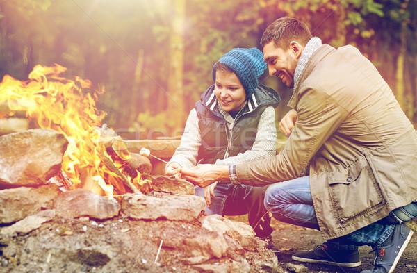 Filho pai marshmallow fogueira marcha viajar turismo Foto stock © dolgachov