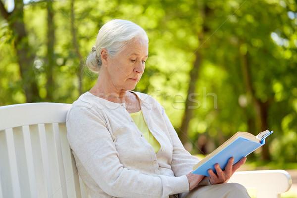 Zdjęcia stock: Szczęśliwy · starszy · kobieta · czytania · książki · lata