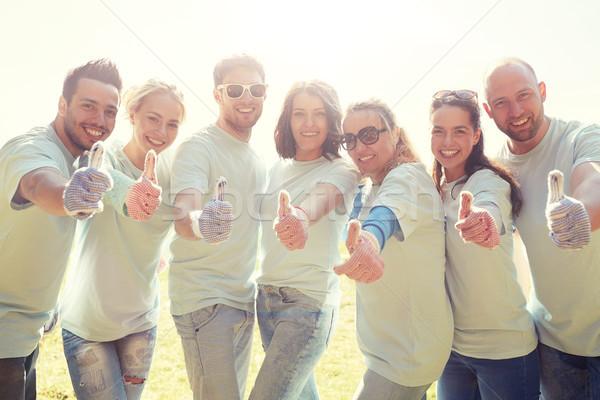 Grupo voluntários ao ar livre voluntariado Foto stock © dolgachov