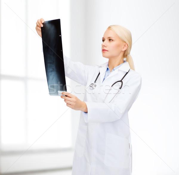 Grave femminile medico guardando Xray sanitaria Foto d'archivio © dolgachov
